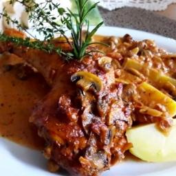 Hähnchenkeulen in Champignon-Tomatensahne-sauce