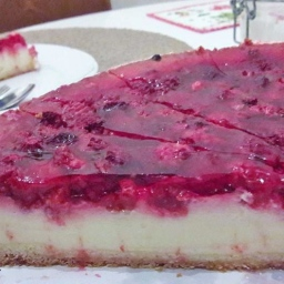 Pudding-Sauerrahm-Kuchen mit Himbeeren